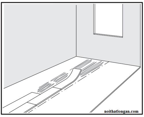 Bắt đầu lắp đặt từ trung tâm vào, đặt nhẹ tấm ván sàn từ trái xuống, sau đó sử dụng búa cao su để tạo sự bám chắc tấm sàn nhựa với lớp keo phía dưới.